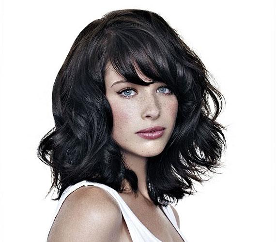 Pofonegyszerű frizura, amit nagyon könnyű beszárítani, a kezeddel is alakíthatod, és nagyon nőies.