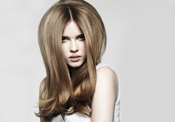 Ha idegenkedsz a frufrutól, akkor sem kell aggódnod, hasonló összhatás érhetsz el. Fésülj előre valamennyi hajat, közel az arcodhoz, és úgy tedd fel a sapkát! Fiatalos és bájos lesz a végeredmény, főleg, ha a hajad alját kicsit besütöd vagy beszárítod.