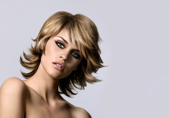 Ezt a frizurát az bolondítja meg, hogy az oldalsó tincseknek hajsütővel kifelé kunkorodó formát adtak. Sapkával kimondottan jól mutat, hiszen alóla a felfelé ívelő tincsek bájosan tűnnek elő.