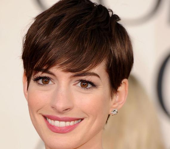Anne Hathaway pixije az arcra tereli a figyelmet, amitől az egész megjelenés sokkal intenzívebb lesz.