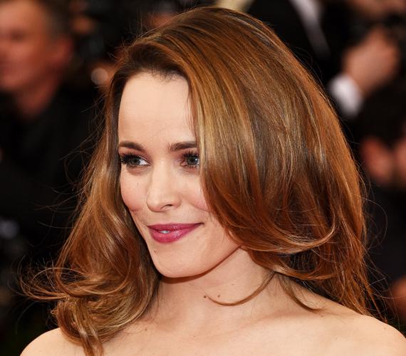Rachel McAdams beszárított hullámai nagyvilági eleganciát idéznek, ami harminc felett már tökéletesen kiegészíti a megjelenést.