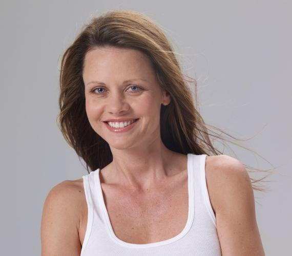 Sok nő úgy gondolja, hogy a hosszú haj egy bizonyos kor felett már nem előnyös, ez azonban nem feltétlenül van így! A rétegesen levágott, egyenes frizura fiatalíthat is, csak arra kell ügyelned, hogy a hajvégeid egészségesek legyenek.