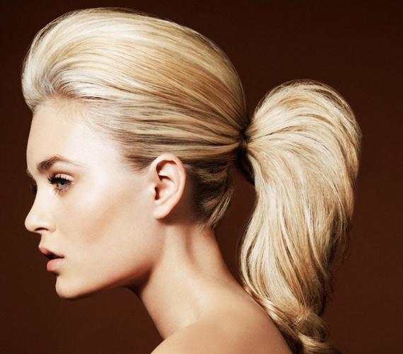 A Brigitte Bardot-féle feltupírozott lófaroknak több előnye is van. Egyrészt a tupír miatt kevésbé látszódik zsírosnak a haj, másrészt így tart, és nem tud rálapulni a fejtetőre.