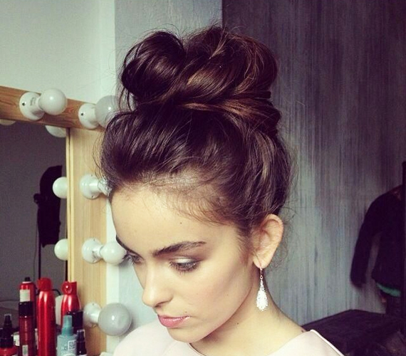 Ha kócosan és fésülésmentesen tornyozod fel a hajadat, az szintén jó ötlet. Nem lapul le annyira a fejtetőn, másrészt a még korántsem koszos hajvégek élettelibbé teszik a töveket is.