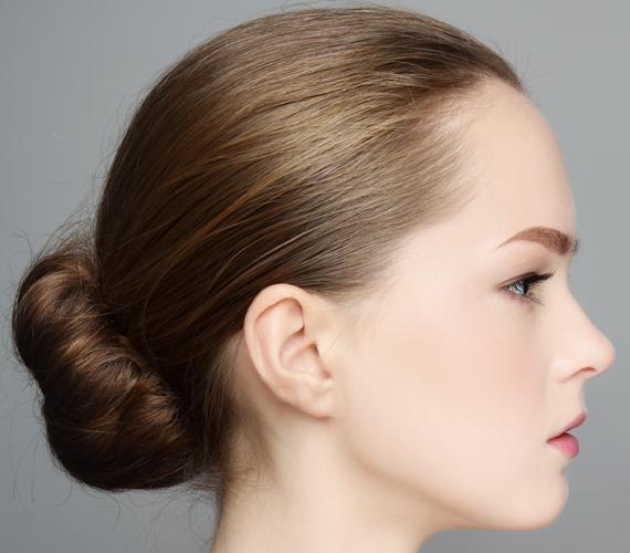 Választhatod a kontyot is: ha szorosan a fejtetődre fésülöd a hajszálaid, kevésbé látszik, hogy elnapoltad a hajmosást.
