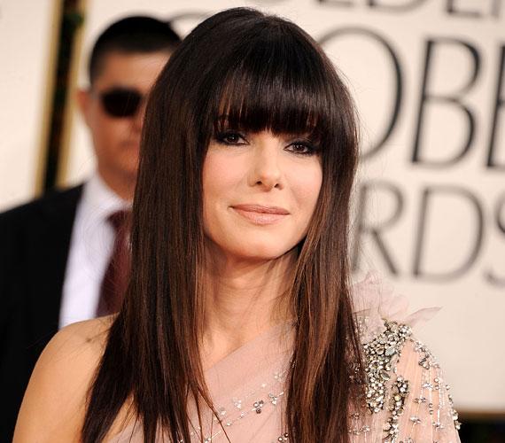Sandra Bullock mindjárt 50 éves, de ez nem látszik rajta, többek közt a frufrunak köszönhetően.