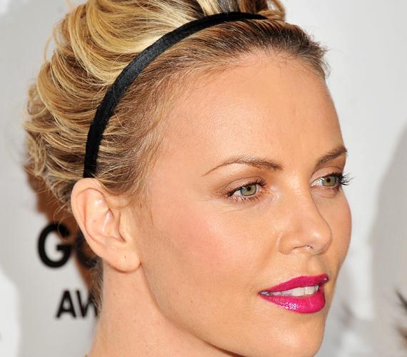 Charlize Theron hajpánttal fogta hátra a rakoncátlankodó tincseket, ezt te is könnyen megteheted.