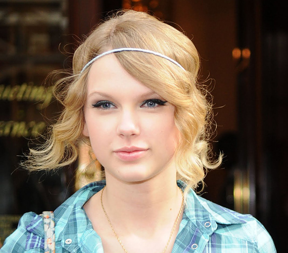 Taylor Swift a frufruját egyszerű fejpánttal szokta lefogni, ha nem szeretné, hogy a szemébe hulljon. Hippis, de nagyon dögös megoldás.