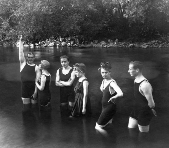 Ezeknek a nőknek a fürdőruhája bőven hosszabb az aprócska bikininél, és nincsen túldíszítve sem, mégis jól mutatnak benne! A csoportkép 1918-ban készült.