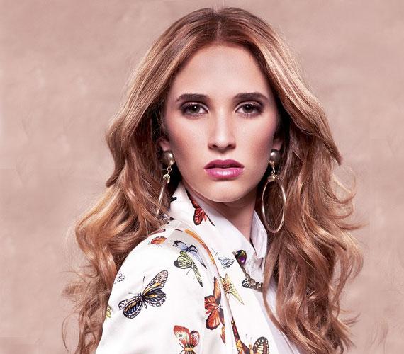 Az alul hullámos haj megakadályozza, hogy a fejre lapuljanak a fürtök.