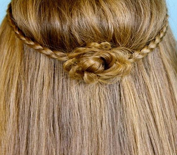 Ha mindkét oldalról befonsz egy-egy vékonyka tincset, majd hátul rögzíted, Katalin hercegnő állandó hajviseletéhez hasonló frizurát kapsz végeredményül.
