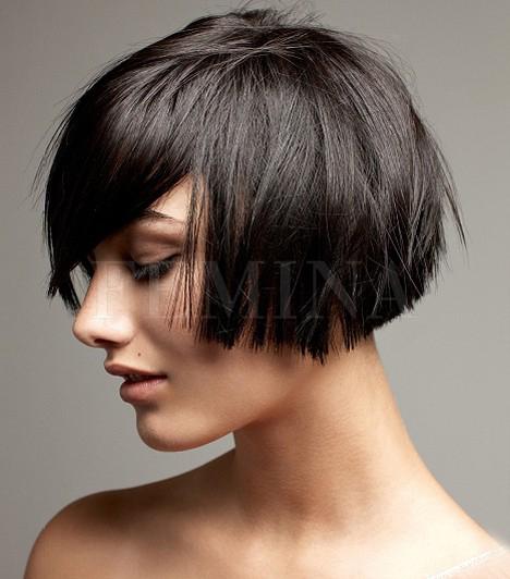 Bob                         Ennek a bubifrizurának az alja nem éppen szokványos, de az éles vágások merészebb lányoknak kifejezetten ajánlottak. Ezt a frizurát csak akkor válaszd, ha egyenes a hajad, ellenkező esetben vasalnod kell.