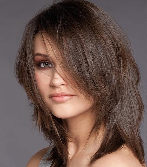 Hosszú  Ha mégis a hosszú hajra szavazol, akkor alul legyen tépett, így az elvékonyodó fazon könnyebben megszárad. Emeld meg a tincseket, és úgy szárítsd, de vedd figyelembe, hogy, bár gyorsan kész a frizura, öt percnél több időt vesz igénybe a szárítás.