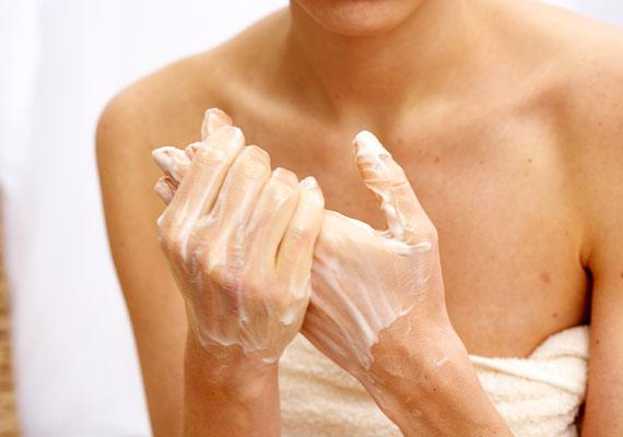 A kezek szinte állandóan ki vannak téve az időjárás viszontagságainak, és valószínűleg csak kevesen használnak fényvédős kézkrémet. Legyen a mindig a kezed ügyében egy jó minőségű kézkrém, hogy hidratálhasd. Ebben azonban ne legyenek kőolajszármazékok, parabének és hasonló finomságok.
