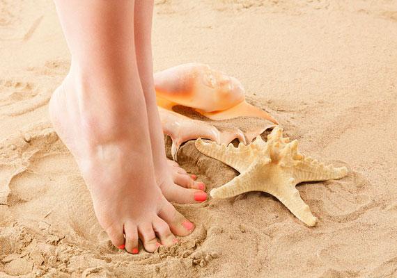 A lábfejek egész nap dolgoznak, a divatos cipők pedig nem éppen egészségesek. Rendszeresen radírozd át a bőrt, a sarkakon használj habkövet, a lábkörmöknél pedig figyelj arra, hogy egyenesen vágd őket, hogy ne forduljanak a bőr alá.