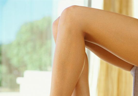 A térdhez állandóan dörzsölődik a nadrág, igen kevés itt a faggyúmirigy, és sokszor éri fizikai behatás, ami miatt a bőr megvastagszik. Ide nem elég a sima testápoló, válassz gazdag, természetes testvajat, és rendszeresen radírozd át a bőrt.