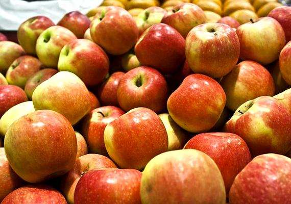 Az almát elsősorban bőrmegújító, hámlasztó pakolások alapanyagaként használjuk. Ha zsíros a bőröd, reszelj le egy almát, és nyomkodd ki a levét. Az almapépet ezután keverd össze egy evőkanál mézzel, és már mehet is fel az arcra. Az alma savai leoldják az elhalt hámsejteket, és megszabadítanak a felesleges faggyútól. A méz pedig fertőtlenítő hatású, így ideális a pattanásos bőr kezelésére.