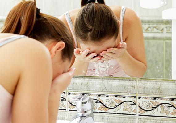 Arcmosáskor a túl hideg és a forró vizet egyaránt érdemes kerülni, helyettük válaszd inkább a kellemesen langyosat, ez 35-37 fok, kézmeleg vizet jelent. A nagyon meleg víz igencsak kiszáríthatja a bőrt. A túl hideg vagy jeges víz pedig nem tesz jót a hajszálereknek. Néha-néha nem árt, de rendszeresen nem jó jéghideg vízzel arcot mosni.