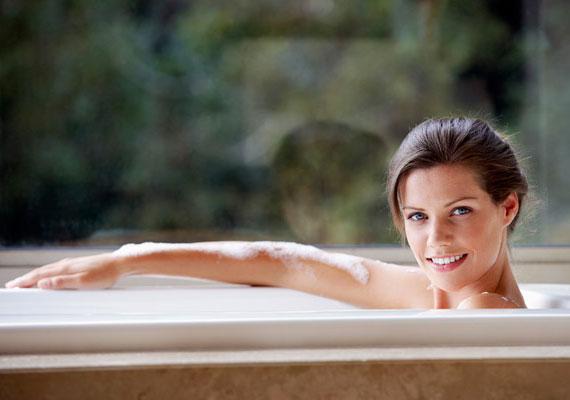 Fürdés vagy zuhanyozás során sem ajánlott forró vizet használni, ugyanis szintén szárítja a bőrt, így jelentősen hozzájárulhat annak idő előtti öregedéséhez. Ráadásul elősegítheti a hajszálerek elpattanását, és a szívet is megterheli. 38 foknál ne engedj melegebb vizet a kádba. Inkább mindig adj hozzá egy kicsit, ha hűlik.