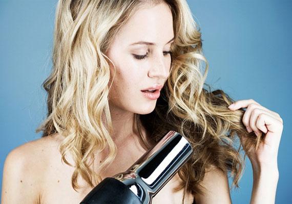 A jó hajszárítás lényege, hogy a szálakról a vizet csak leszárítja, nem pedig felmelegíti őket. Így a hajszálak nem száradnak ki. Ez általában 57-60 fokot jelent, ami a két fokozatnál az alacsonyabb, három fokozatos gépnél pedig a középsőt. Hajmosás után pedig arra is érdemes figyelni, csak akkor láss hozzá a művelethez, ha már törülközőszárazak a tincseid.