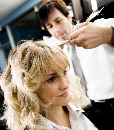 Lehet, hogy nem hajhullásról van szó, hanem a haj töréséről. Ha túl hosszú, és nincs karbantartva, akkor egészen hosszú darabok is letörhetnek, amit hajhullásnak érzékelhetsz. Ezért érdemes legalább háromhavonta ellátogatni a fodrászhoz.
