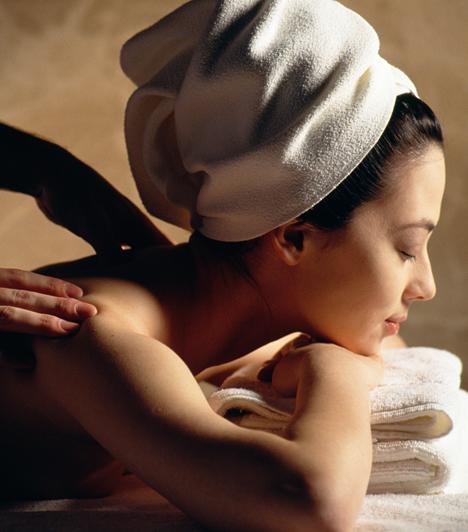 A stressz is okozhat hajhullást. Próbálj meg időről időre valóban kikapcsolni. A rendszeres masszázs például sokat segíthet a feszültség levezetésében, de a jóga is jó megoldás. A lényeg, hogy valóban lazíts.