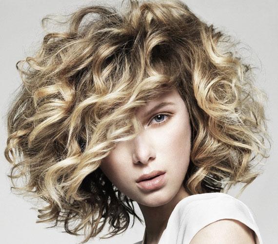 A göndör haj romantikus és nőies, nem kell félni a dauertól sem, hiszen ma már kíméletes eljárások vannak.