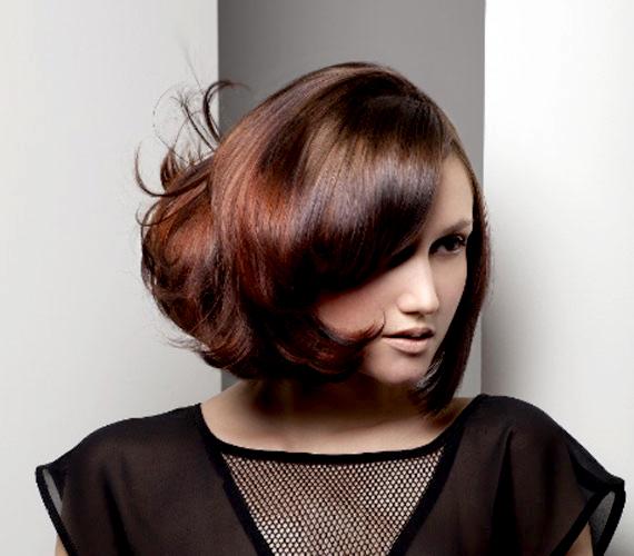 Egy nagy körkefével könnyen beszárítható ez az egyszerű félhosszú frizura.