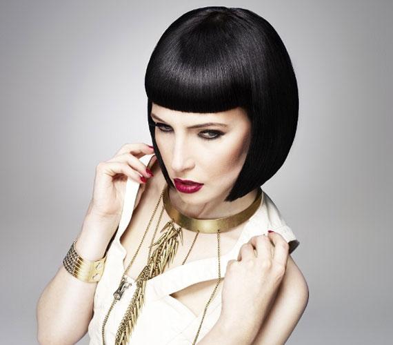 A Kleopátra-frizura rendezett és nőies, ugyanakkor nagyon feltűnő is.