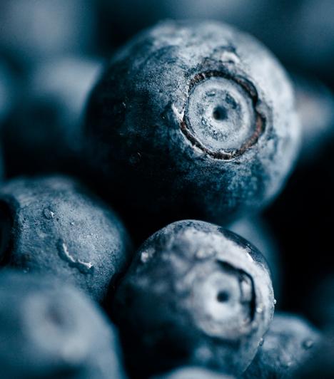 Áfonya  A pici kék bogyó antioxidáns hatásáról híres, de jó szolgálatot tehet a fürdőszobában is. Savai nem túl erősek, így érzékeny bőrűek is bátran használhatják. Csak nyomj szét pár áfonyát, és vidd fel a megtisztított arcra.  Kapcsolódó cikk: Erős antioxidáns gyümölcsök »