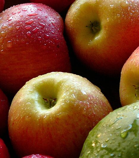 Alma  Az alma a leghatékonyabb hámlasztók egyike, a professzionális kozmetikumokban az alfa-hidroxi-savakat elsősorban almából nyerik. Reszeld le, keverd el egy kis joghurttal, és indulhat a bőrmegújítás.  Kapcsolódó cikk:  Szuper öregedésgátló italok »