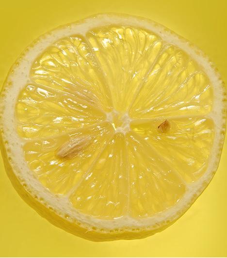 Citrom  A citrom erős hámlasztó, ezért nem alkalmas az arcbőr ápolásához. A testre azonban annál inkább. Készíts barnacukros-citromos hámlasztót a fenekedre, és ismét olyan lesz, mint néhány napos korodban. Keverd össze a cukrot és a citromlevet, majd körkörös mozdulatokkal alaposan masszírozd el a bőrön, utána pedig öblítsd le.  Kapcsolódó cikk:  8 gyors ránctalanító a konyhából »