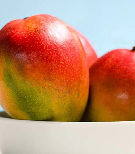 Mangó  Minden déligyümölcs jó hámlasztó, a mangót az indiai nők előszeretettel használják házi kozmetikumként. Pépesíts össze egy kis gyümölcshúst, és magában vagy mézzel keverve vidd fel a megtisztított arcbőrre, 15 perc után pedig mosd le.  Kapcsolódó cikk: A legerősebb öregedésgátló ital a világon »
