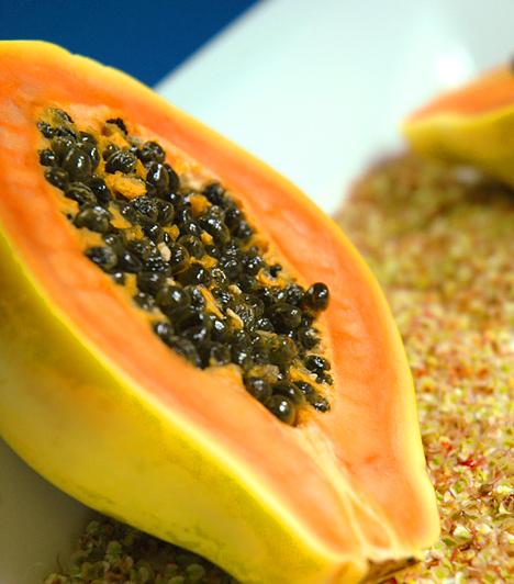 Papaya  A narancssárga déligyümölcs sok A- és C-vitamint tartalmaz, ami ragyogóvá teszi a bőrt. Vágd félbe a gyümölcsöt, és a magjait távolítsd el. A húsát turmixgépben pépesítsd, majd vegyítsd össze tejszínnel vagy joghurttal.