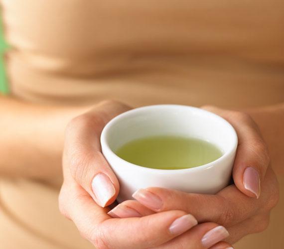 A zöld teában található antioxidánsok megvédenek a szabadgyökök káros hatásaitól.
