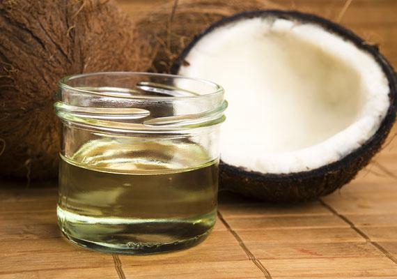 A kókuszolaj csodákra képes, például szuper szemránckrémet készíthetsz belőle. Kattints ide a pontos elkészítési menetért.