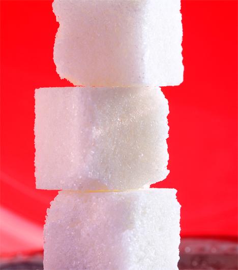 Cukor                         A bőr feszességéért a rugalmas kollagénrostok felelősek, melyeknek elsődleges ellensége a cukor. Aki sok cukrot eszik, annak a bőre petyhüdtté és színtelenné válik, ráadásul lényegesen gyorsabban ráncosodásnak indul. A cukor ott van üdítőkben és süteményekben, de még a húskészítményekben is, érdemes óvatosan bánni vele.                         Kapcsolódó cikk:                         3 nap alatt éveket fiatalodhatsz - Cukordetox diéta »