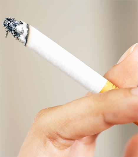Dohányzás  Az alkoholfogyasztás mellett a dohányzás is káros a bőrre nézve, ugyanis a szervezet a nikotin semlegesítéséhez, a kollagétermelésre elraktározott C-vitamin raktárakat használja fel. Ezzel együtt leáll a kollagéntermelés és a bőr öregedésnek indul.  Kapcsolódó cikk: Megdöbbentő fotó! Ezt teszi a dohányzás az arcbőrrel »