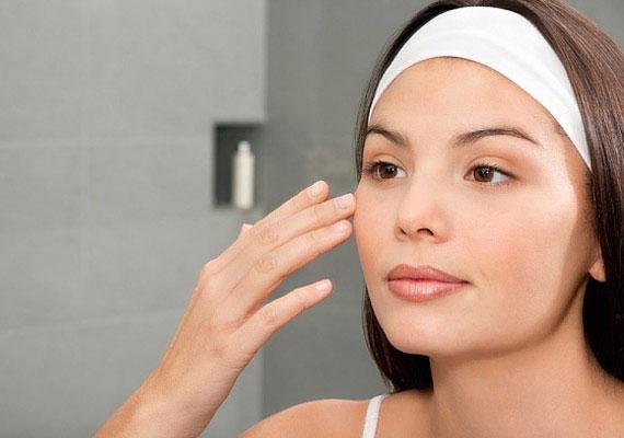 Ha zsírosodásra hajlamos a bőröd, és a nap folyamán hamar átfénylik, a hintőpor szintén segítségedre lehet. Szórj egy keveset a tenyeredbe, majd egy nagy fejű ecsettel púderezd be az arcodat. Amennyiben kis mennyiséget használsz, nem fogja sápadttá tenni a bőröd.