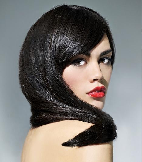 Csillogó és egészséges  A frizura akkor szép, ha a hajad egészséges, és látszik rajta, hogy törődsz vele. Az oldalt elválasztott, hosszú frufrus megoldás egyszerű, nem kell vele sokat foglalkozni reggelente.