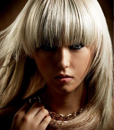 Hangsúlyos frufru  Lady GaGa emblematikus frufruja, kicsit szelídebb változatban. A tépett vágás miatt akkor is jól kialakítható, ha nem rendelkezel túlzottan sok hajjal.