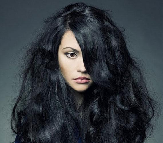A fekete hajzuhatag, bár a jelenlegi melegben nem annyira kényelmes, igencsak látványos.
