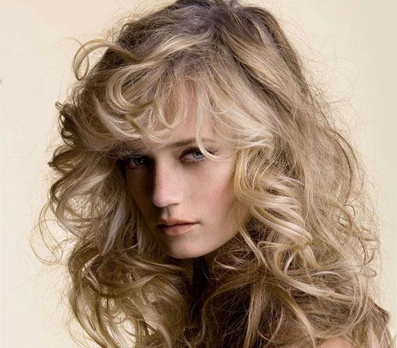 A laza göndörség még a vékony, erőtlen hajból is igazi boglyát varázsol.