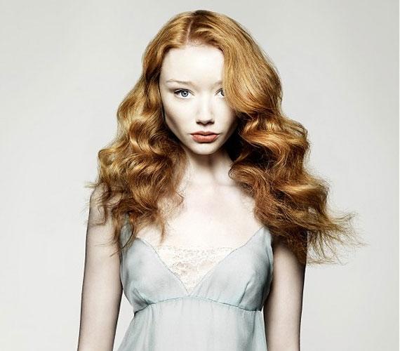 A kissé oldalt elválasztott frizurát feldobja a különleges szín és a nagy hullámok.