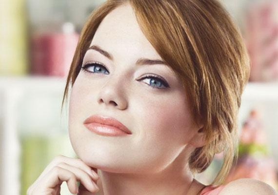 Emma Stone a Revlon reklámarca. Az üde pír és rúzs segít, hogy az erős szemkontúr ne öregítsen.