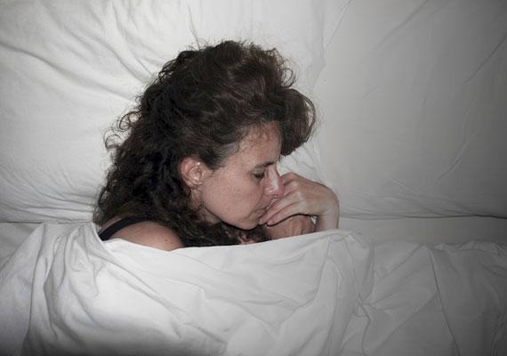 Mindenki tudja, hogy az alvás nagyon fontos a bőr számára, de csak akkor, ha tényleg nyugodt. Fontos, hogy a lehető legsötétebb legyen, húzd be a függönyt, ne égjen kislámpa, ne világítson a telefonod, ne menjen a TV. A csend is fontos, és bár nincs ingyen, egy 100 forintos füldugó a patikában jó szolgálatot tehet.