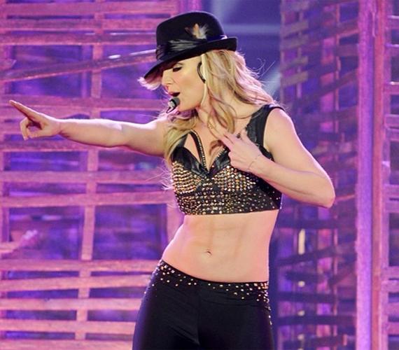 Britney Spears derekánál nem csupán a díszlet hajlott meg, de a bőre is lilára színeződött. Ha az énekesnő nem valamilyen furcsa bőrbetegségben szenvedő Uri Geller-utód, akkor a Photoshop lehet a bűnös a deformitásért.