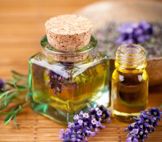Az illóolajok közt sok antibakteriális hatású van, például a levendula-, a kakukkfű- vagy a teafaolaj. Vegyítsd el mandulaolajjal- és ezt kend a hónod alá. Meglepő lehet az olajos megoldás, de működik.