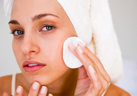 A japán nők nem csupán megtisztítják az arcukat minden este, de ehhez olyan termékeket használnak, amelyek puhítják a bőrt, és megőrzik annak nedvességtartalmát - ez a korai ráncok megelőzése miatt nagyon fontos. Kerülik a túlzottan erős vegyszereket, inkább természetes, natúr kozmetikumokat használnak.
