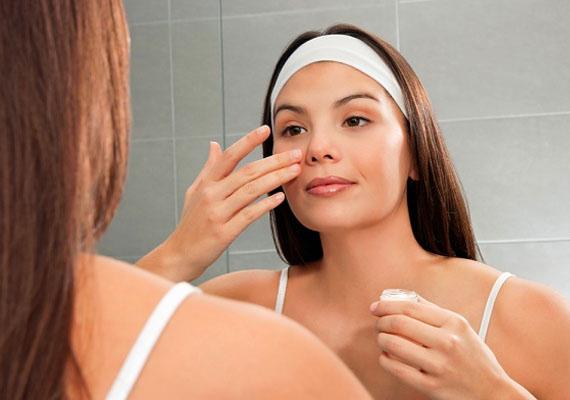 A japán hölgyek minden terméket szigorúan tapogató mozdulatokkal visznek fel a bőrre, hogy stimulálják a vérkeringést az arcon. Az áll vonalánál kezdik a rituálét, így haladnak egyre feljebb a homlok irányába, mert azt vallják, a mozdulatsor hatására megsokszorozódik a jótékony energiák mértéke.